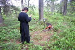 Juhlan aattona muistopalvelus vanhalla hautausmaalla