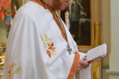 isä Janne lukee ambonin takainen rukouksen