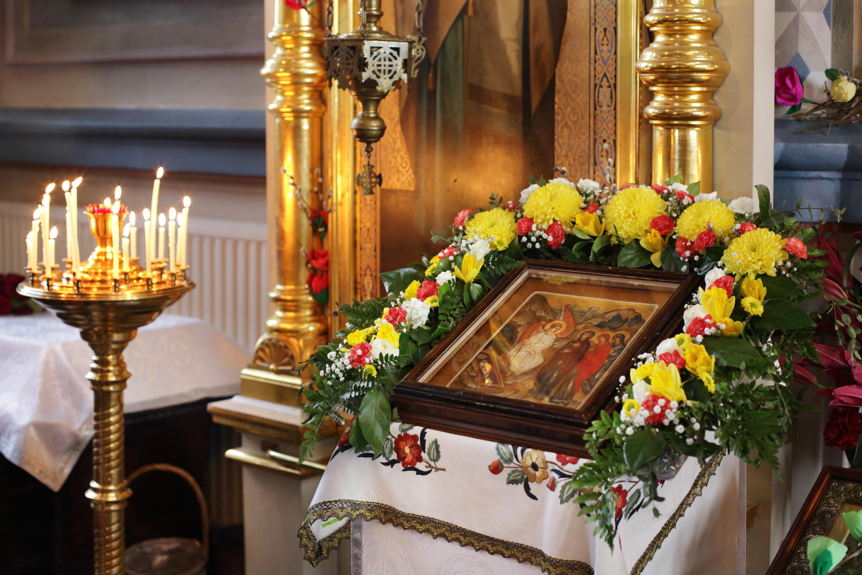 Sen alla itse Kristus ja Hänen molemmilla puolillaan Jumalanäidin  ihmeitätekeviä ikoneita. Sitten tulevat piispat e2de654c54