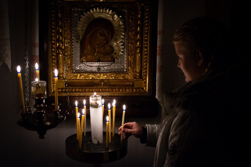 Outokummun ortodoksinen Pyhän Hengen kirkko, Korsunin Jumalanäiti ikoni, palavat tuohukset, rukous ikonin edessä, tuohus